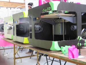 Une rangée d'imprimantes 3D